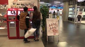 Olomouc, República Checa, o 2 de setembro de 2018: As fotos imprimindo expressas em uma casa de negócio e em uma loja luxuosas, p vídeos de arquivo