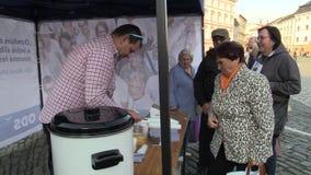 OLOMOUC, REPÚBLICA CHECA, O 2 DE SETEMBRO DE 2018: A reunião de pré-eleição do partido Democrática cívico do ODS no quadrado vídeos de arquivo