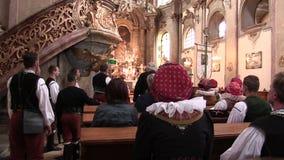 OLOMOUC, REP?BLICA CHECA, O 15 DE ABRIL DE 2018: O mais santamente do corpo e do sangue o corpo de Cristo do pessoa ? festa de vídeos de arquivo