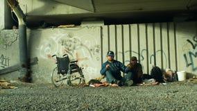 Olomouc, Rep?blica Checa, o 24 de outubro de 2018: Grupo da emo??o dos sem-abrigo aut?ntico e de uma cadeira de rodas inv?lidos s filme