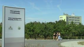 OLOMOUC, REPUBBLICA CECA, IL 1° SETTEMBRE 2018: Buildingsof il centro scientifico dell'accademia delle scienze del Ceco stock footage