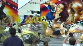 Olomouc, repubblica Ceca, il 30 agosto 2018: Divertimento multifunzionale dell'astronave del carosello e tentazione moderna dell' video d archivio