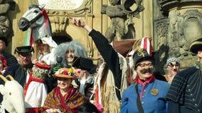 OLOMOUC, REPUBBLICA CECA, IL 29 FEBBRAIO 2019: Colonna di peste di eredità di festival delle maschere di celebrazione di Masopust stock footage
