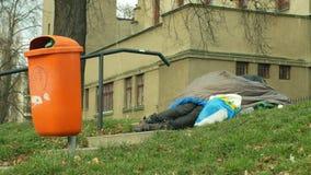 OLOMOUC, REPUBBLICA CECA, IL 2 GENNAIO 2019: Addormentato senior e sonno di emozione dell'uomo autentico del senzatetto in sacco  video d archivio