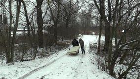 Olomouc, repubblica Ceca, il 30 gennaio 2018: Gli uomini più anziani senza tetto prendono a trasporto i bordi di legno e le porte archivi video