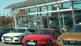 OLOMOUC, REPUBBLICA CECA, IL 30 GENNAIO 2019: La marca della sala d'esposizione dell'automobile di Audi glassed le vendite comper video d archivio