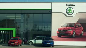 OLOMOUC, REPUBBLICA CECA, IL 30 GENNAIO 2019: Parcheggio con le nuove automobili per la vendita di lusso, automobile di Skoda di  archivi video
