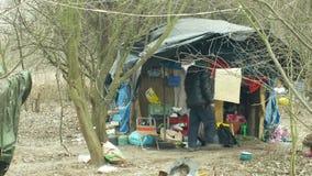 OLOMOUC, REPUBBLICA CECA, IL 2 GENNAIO 2019: Povero di costruzione del ghetto dell'uomo della gente della tana del chalet di plas archivi video