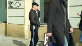 OLOMOUC, REPUBBLICA CECA, IL 29 GENNAIO 2019: Telefonate false su un telefono cellulare costoso, uomo zingaresco del mendicante i archivi video