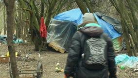 OLOMOUC, REPUBBLICA CECA, IL 2 GENNAIO 2019: Tenda del ghetto del senzatetto degli strati e gente di costruzione della tana del c stock footage