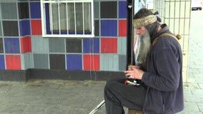 Olomouc, repubblica Ceca, il 5 maggio 2018: L'uomo senza tetto del fronte autentico di emozione in città, il pacchetto del giunto video d archivio