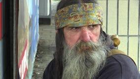 OLOMOUC, REPUBBLICA CECA, IL 5 MAGGIO 2018: Uomo senza tetto del fronte autentico di emozione in città, barba lunga e sciarpa ind archivi video