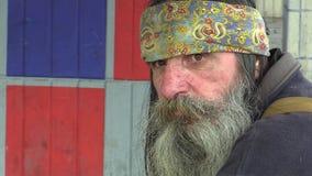 OLOMOUC, REPUBBLICA CECA, IL 5 MAGGIO 2018: Uomo senza tetto del fronte autentico di emozione in città, barba lunga e sciarpa ind stock footage