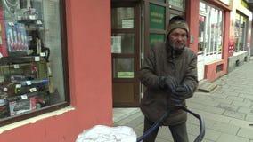 Olomouc, repubblica Ceca, il 5 marzo 2018: Il senzatetto povero autentico parte dal deposito del trasporto del carretto, molto re stock footage