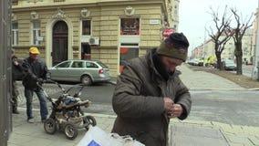 Olomouc, repubblica Ceca, il 5 marzo 2018: Un senzatetto povero autentico introduce l'alcool acquistato del vino in plastica stock footage