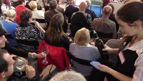 OLOMOUC, REPUBBLICA CECA, IL 7 OTTOBRE 2017: Degustation e valutazione di qualità di vino in un grande gruppo di persone Un giova archivi video