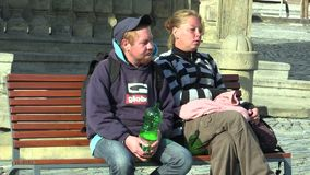 Olomouc, repubblica Ceca, il 2 settembre 2018: Senzatetto autentico della donna e del giovane in città della via, tenente una pl video d archivio