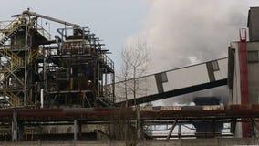 OLOMOUC, republika czech, KWIECIEŃ 1, 2015: Dymienie elektrownia, dym od kominów, miasto Ostrava zbiory
