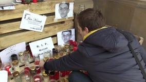 OLOMOUC, republika czech, MARZEC 1, 2018: Pamiątkowy miejsce z płonącymi świeczkami i fotografiami morduję Slovakian zbiory