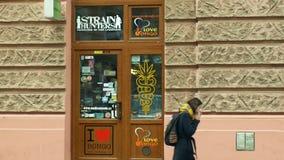 OLOMOUC, republika czech, STYCZEŃ 2, 2019: Sklepowa medyczna konopiana marihuana, także sprzedaje ziarno produkty, witryna sklepo zdjęcie wideo