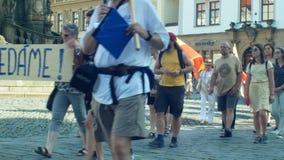 OLOMOUC, REPUBLIKA CZESKA, 11 CZERWCA 2019 R.: Demonstracja tÅ'umu przeciwko premierowi Andrejowi Babisowi, transparentowi zdjęcie wideo