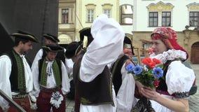 Olomouc Tjeckien, April 1, 2018: Män och kvinna i den traditionella folk dräkten av Hana på den stora påsken lager videofilmer