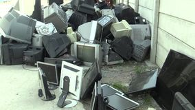 OLOMOUC TJECKIEN, APRIL 25, 2018: Samling och sortering av elektrisk avfalls av bildskärmar, televisioner och annan arkivfilmer
