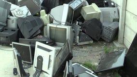 OLOMOUC TJECKIEN, APRIL 25, 2018: Samling och sortering av elektrisk avfalls av bildskärmar, televisioner och annan stock video