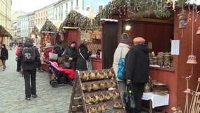 OLOMOUC TJECKIEN, DECEMBER 17, 2017: Folk på juladventståndet på fyrkanten, försäljning av den keramiska klockacirkeln lager videofilmer