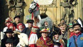 OLOMOUC TJECKIEN, FEBRUARI 29, 2019: Kolonn för epidemi för arv för festival för maskeringar för karnevalMasopust beröm lager videofilmer