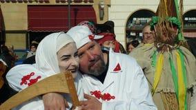 OLOMOUC TJECKIEN, FEBRUARI 29, 2019: Maskeringar f?r karnevalMasopust ber?m st?tar festivalen, traditionellt slaviskt lager videofilmer