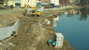 OLOMOUC TJECKIEN, JANUARI 30, 2019: Byggande flodskydd på den Morava floden i Olomouc, grävskopa och lager videofilmer