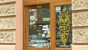 OLOMOUC TJECKIEN, JANUARI 2, 2019: Shoppa hampacannabis, säljer också fröprodukter, skyltfönster shoppar med cannabis arkivfilmer
