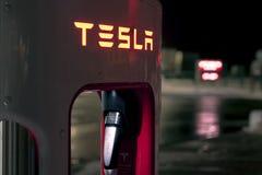 Olomouc Tjeckien Januari 16th 2018 - detalj av Tesla en snabb uppladdare på natten Royaltyfri Foto