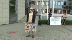 Olomouc Tjeckien, Maj 15, 2018: Demonstration av folk mot premiärministern Andrej Babis ett baner med stock video