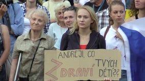 Olomouc Tjeckien, Maj 15, 2018: Demonstrationen av folk tränger ihop mot premiärministern Andrej Babis och lager videofilmer