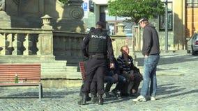 Olomouc Tjeckien, September 2, 2018: Polisen löser problemet av hemlöns på epidemikolonnen som dricker stock video