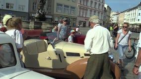 OLOMOUC, TSCHECHISCHE REPUBLIK, AM 5. JULI 2018: Historischer Autoveteran auf einer allgemeinen Autofahrt durch Stadt von Olomouc stock video