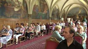 Olomouc, Tsjechische Republiek, 15 April, 2018: De Zaal van de ridder in het stadsstadhuis van Olomouc, oude mensengepensioneerde stock videobeelden