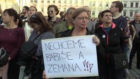 Olomouc, Tsjechische Republiek, 9 April, 2018: Demonstratie van mensenmenigte tegen de Eerste minister Andrej Babis en stock video