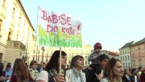 Olomouc, Tsjechische Republiek, 9 April, 2018: Demonstratie van mensenmenigte tegen de Eerste minister Andrej Babis en stock footage