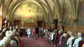 Olomouc, Tsjechische Republiek, 15 April, 2018: Zingt de koor koorkinderen die zingen van Tsjechisch volkslied Sluwe panenky oude stock footage