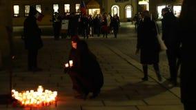 OLOMOUC, TSJECHISCHE REPUBLIEK, 16 JANUARI, 2019: Jan Palach-studentendemonstratie maart van menigte het branden met brand 50 stock footage