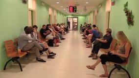 OLOMOUC, TSJECHISCHE REPUBLIEK, 20 JUNI: De mensen wachten in de wachtkamer op het kantoor van het Stadhuis, het bureau voor stock video