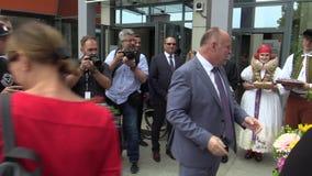 Olomouc, Tsjechische Republiek, 15 Mei, 2018: De Tsjechische Eerste minister Andrej Babis komt aan politieke onderhandelingen in  stock video