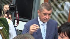 OLOMOUC, TSJECHISCHE REPUBLIEK, 15 MEI, 2018: De Tsjechische Eerste minister Andrej Babis komt in het Gebied, de mens en de vrouw stock videobeelden