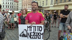 Olomouc, Tsjechische Republiek, 15 Mei, 2018: Demonstratie van mensenmenigte tegen de Eerste minister Andrej Babis en stock video