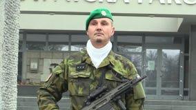 OLOMOUC, TSJECHISCHE REPUBLIEK, 17 NOVEMBER, 2017: Elitemilitair van het Tsjechische Leger met een modern wapen met het aanvalsge stock videobeelden