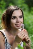 Olor de la muchacha una flor fotografía de archivo libre de regalías