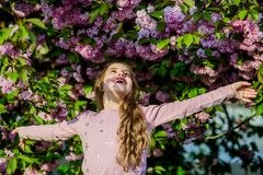 olor del flor, alergia peque?o ni?o de la muchacha en la floraci?n de la flor de la primavera Verano Belleza de la ni?ez Vida en  fotografía de archivo libre de regalías